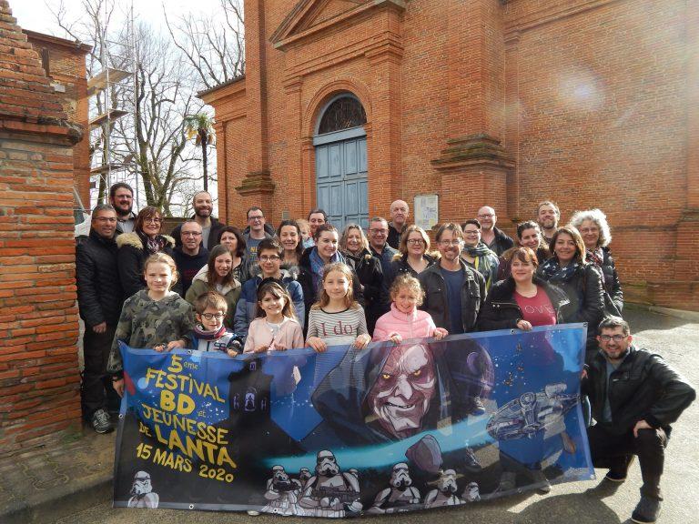 Les bénévoles devant l'église